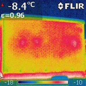 Lämpökamerakuva kosteusvaurioisesta seinästä.