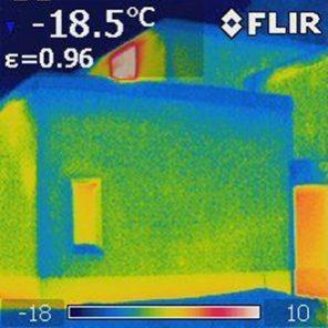 Lämpökamerakuva kunnossa olevasta seinästä.