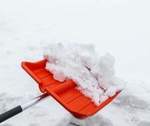 Tammikuu ja lumen lapiointi.