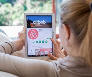 Majoituksen etsintää Airbnb:n kautta.
