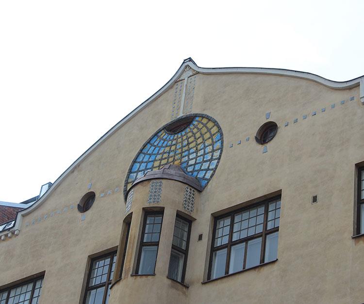 Ullanlinnan erikoisimpiin kuuluva rakennus Kointähti ja sen maapalloaiheinen koriste.