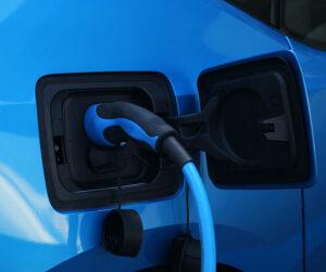 Kiinteistöliiton mielestä EU:n energiatehokkuusdirektiiviin kirjatut velvoitteet riittävät edistämään sähköautojen latauspisteiden yleistymistä.