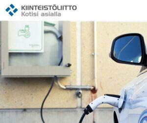 Sähköauton lataus Kiinteistöliiton logolla. Kuva: Mikko Rousi