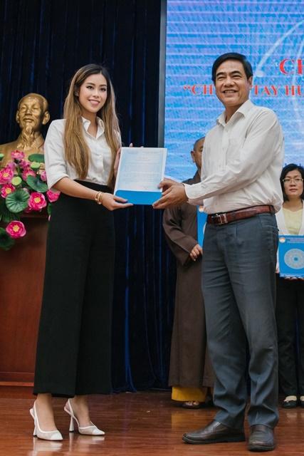 Tiên Nguyễn đại diện IPPG hỗ trợ 3,3 tỷ đồng cứu trợ miền Trung và gia đình 13 cán bộ chiến sĩ hy sinh tại Rào Trăng 3, kinhtethoidai, kinhtethoidai.vn, kinh tế thời đại, kinh te thoi dai