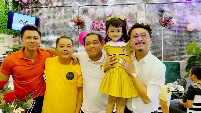 Bố đơn thân' Hồ Việt Trung làm sinh nhật giản dị cho con, kinh tế thời đại