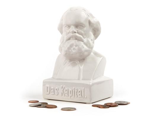 "Karl Marx ""Das Kapital"". Sparebøsse i porselen."