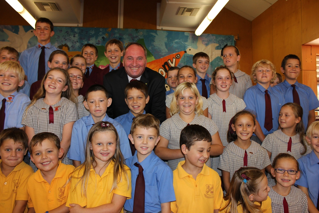 Federal Member for New England, Barnaby Joyce and students from the Quirindi Public School.