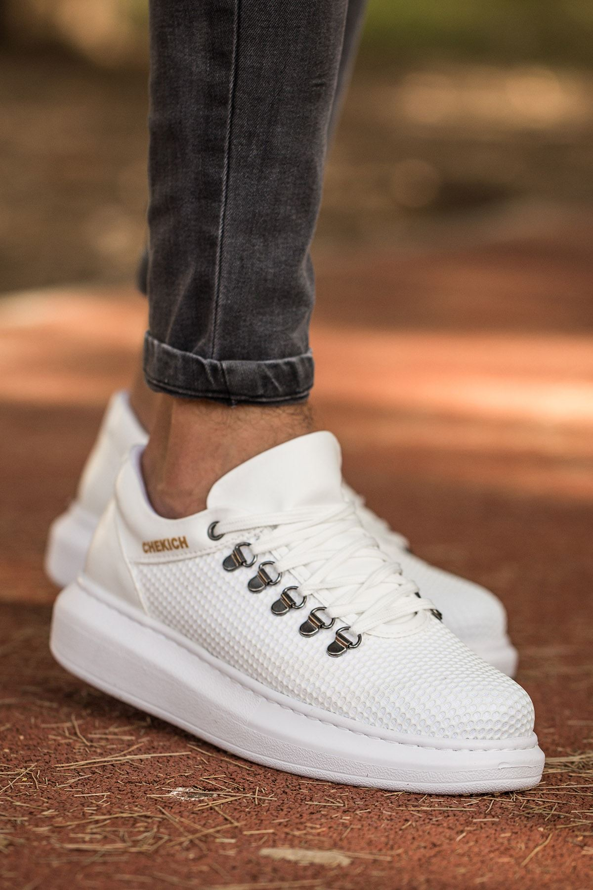 حذاء أبيض برباط رجالي