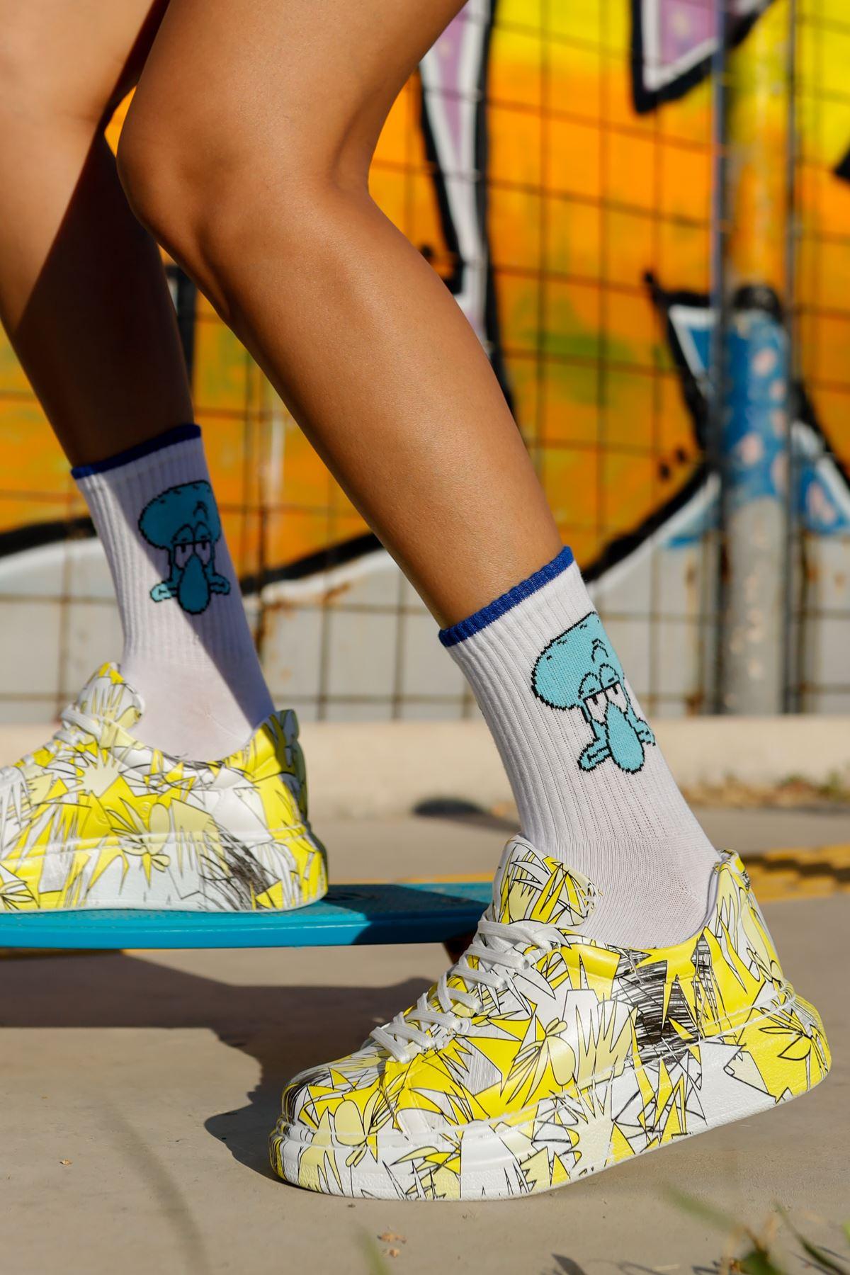 حذاء رياضة أصفر بطبعة ورباط نسائي