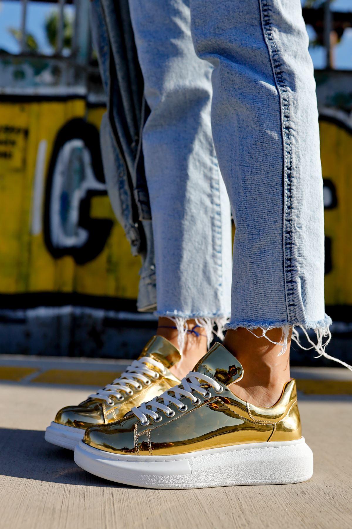 حذاء رياضي ذهبي برباط نسائي