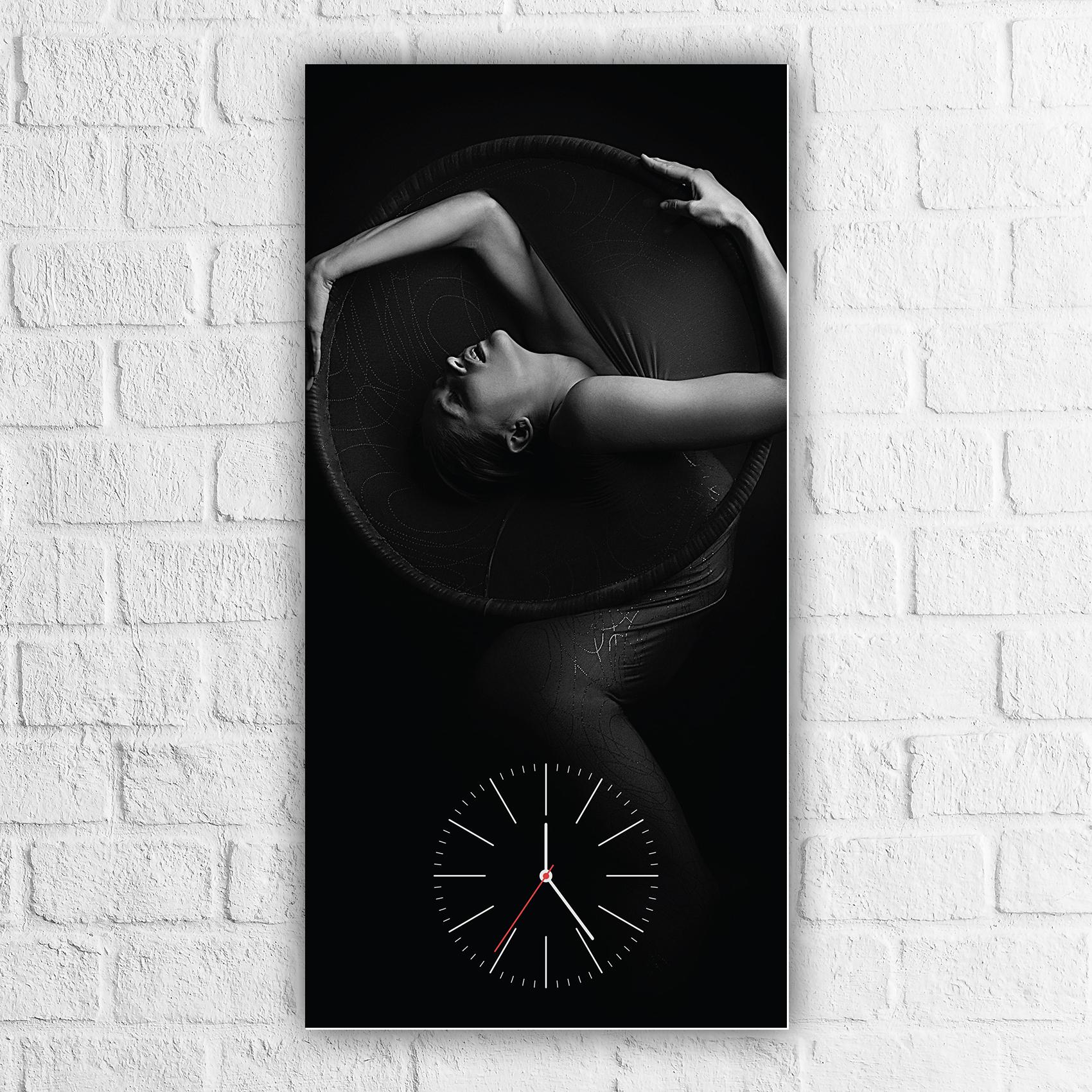 ساعة حائط بلوحة مزخرفة