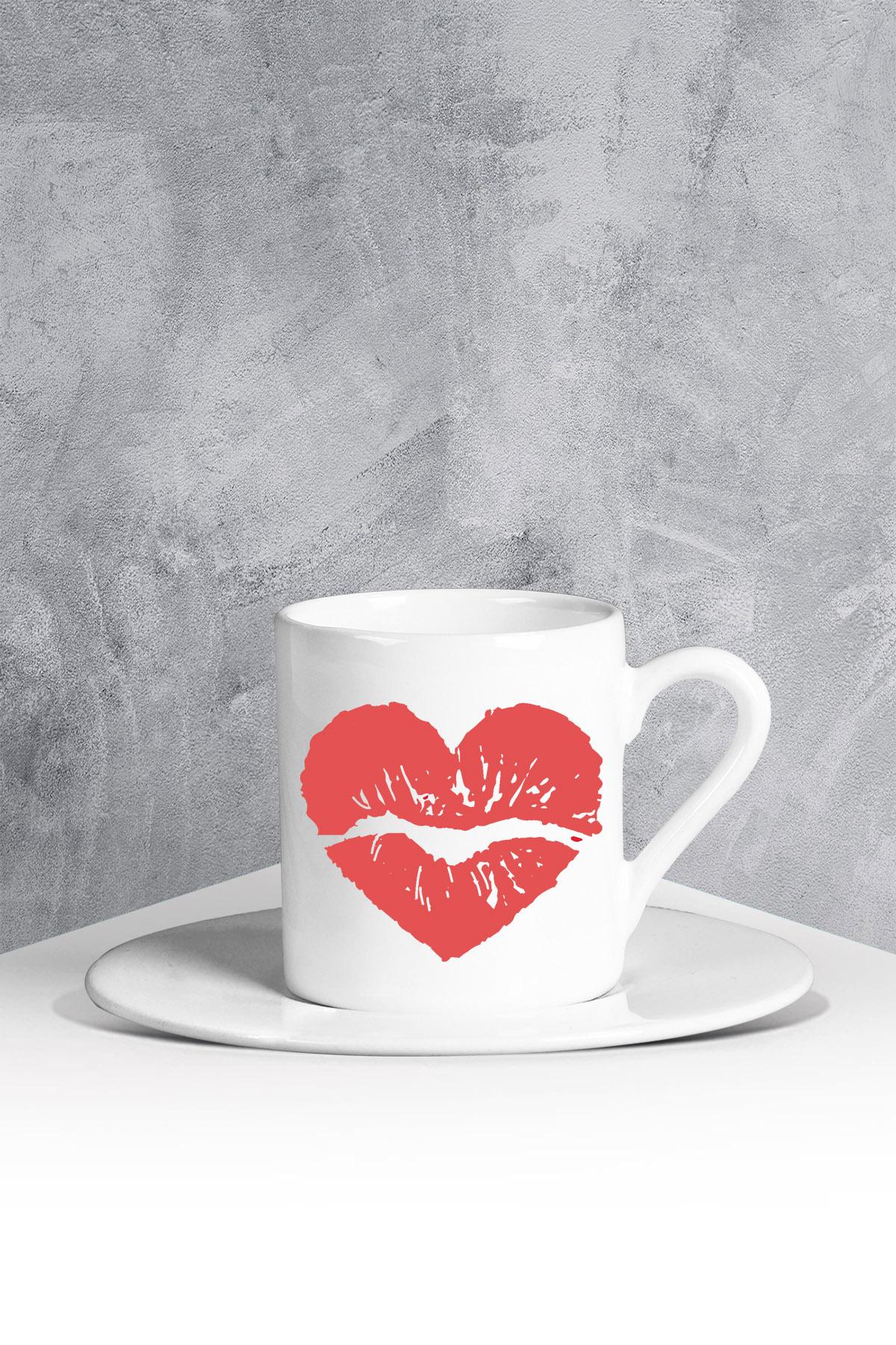 كوب قهوة أبيض بطبعة قلب
