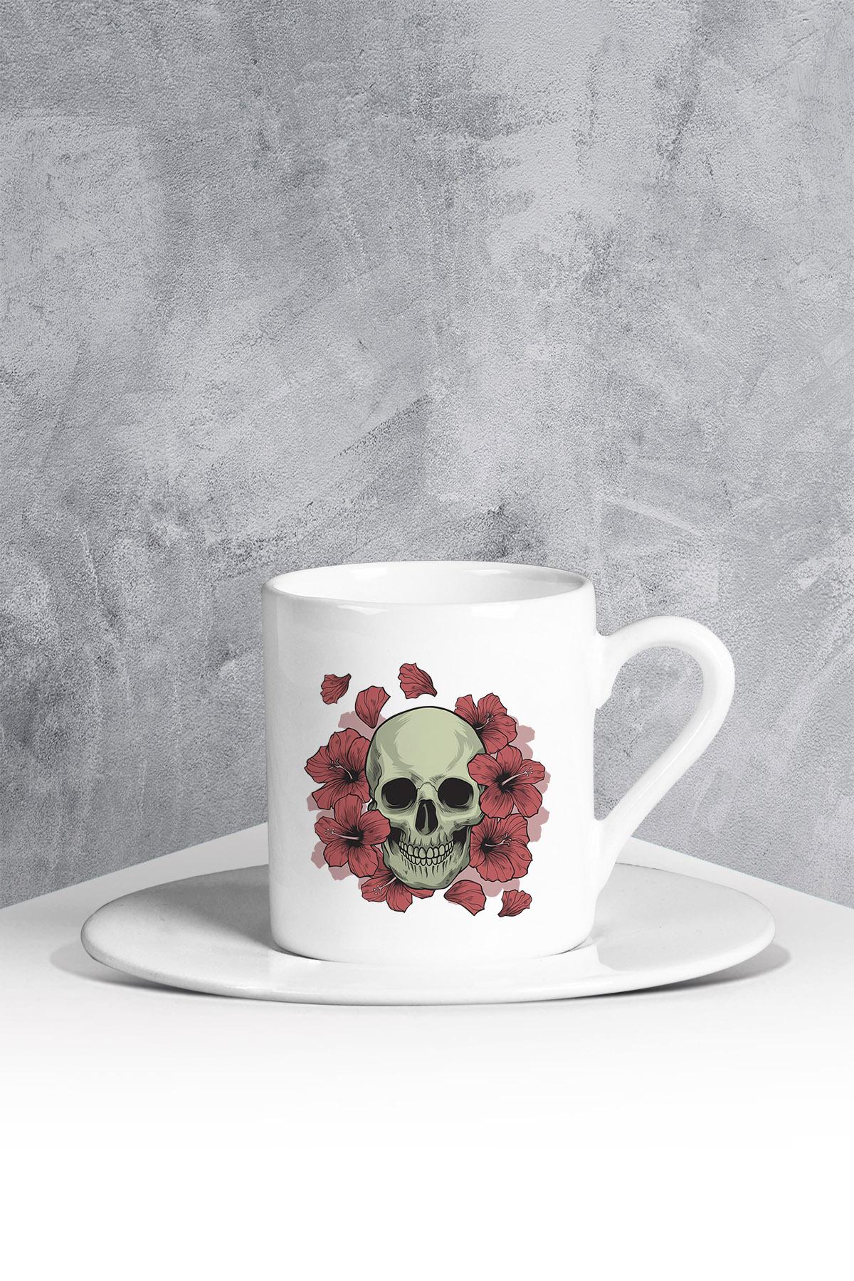 كوب قهوة أبيض بطبعة ورود وجمجمة
