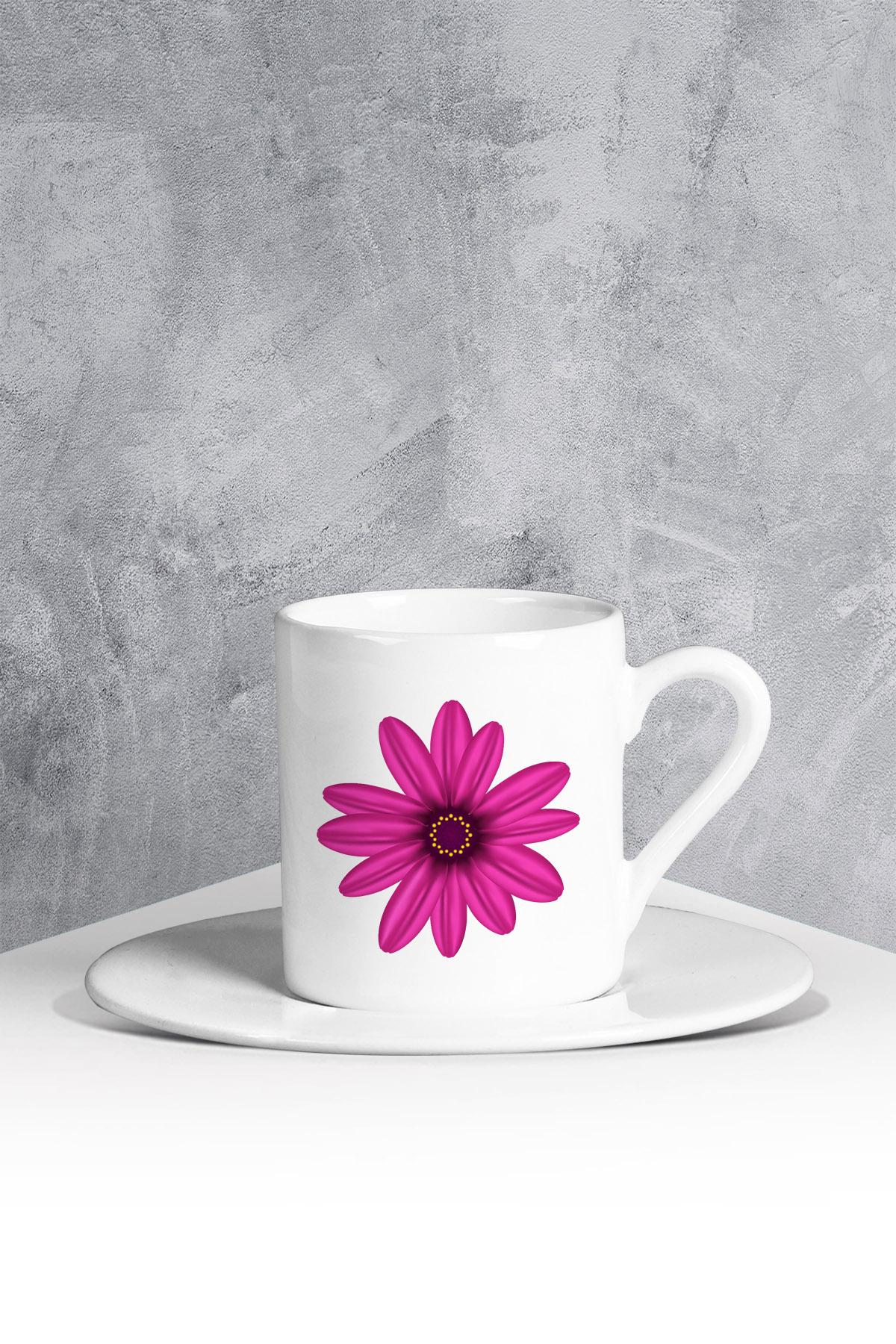 كوب قهوة أبيض بطبعة ورود