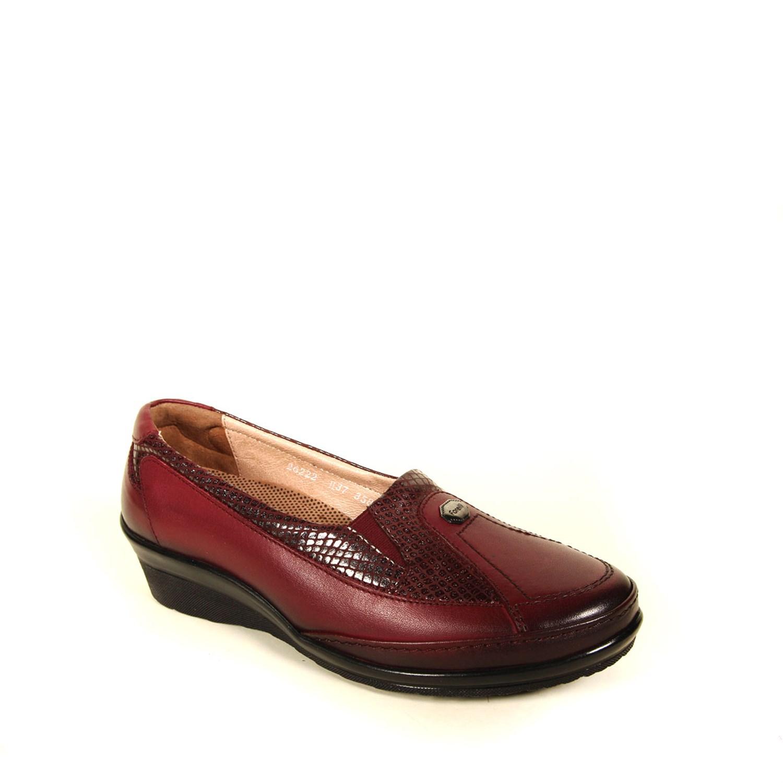 حذاء جلد عنابي نسائي