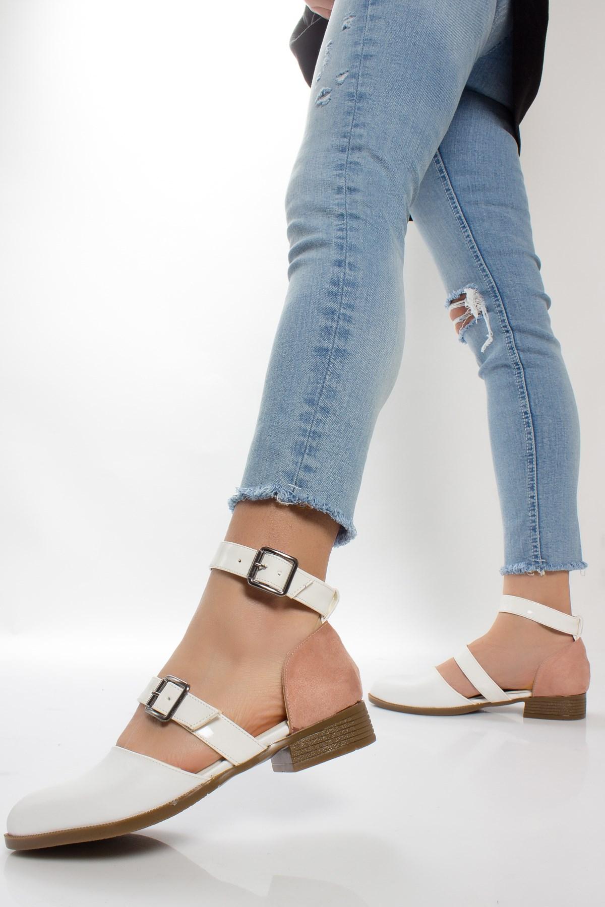 حذاء فلات أبيض بحزام نسائي