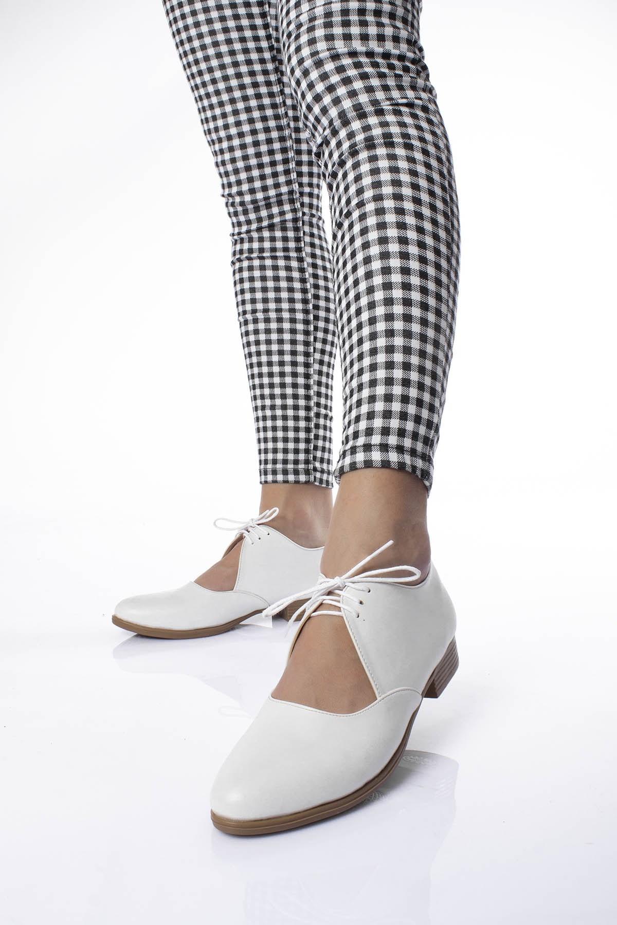 حذاء فلات أبيض برباط نسائي