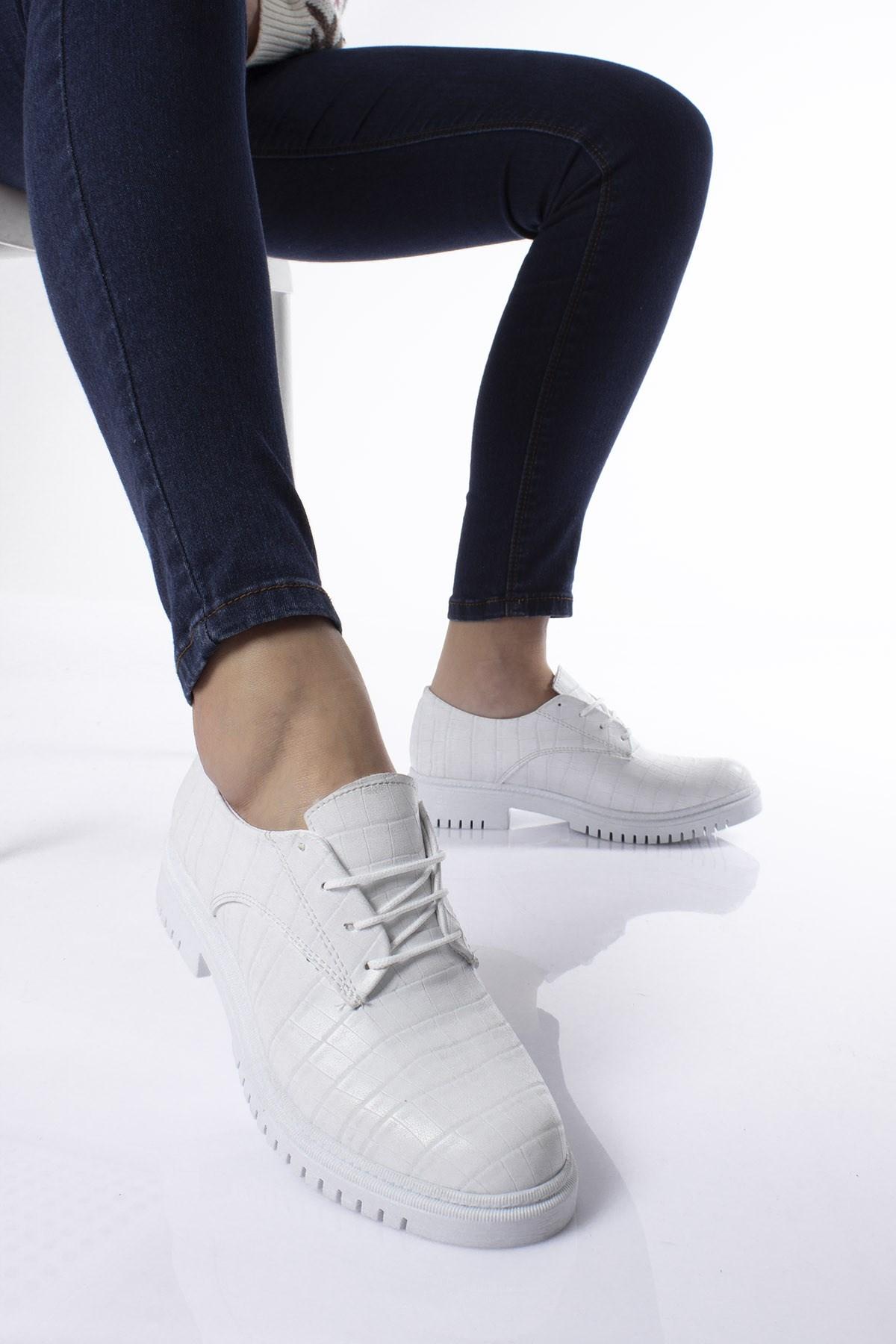 حذاء أبيض برباط وستايل تمساح نسائي