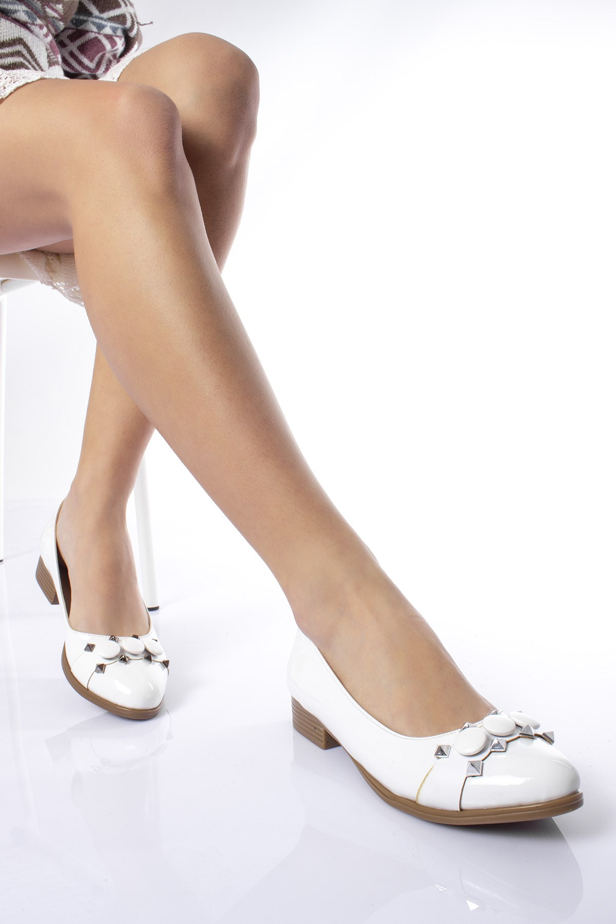 حذاء فلات جلد لامع أبيض نسائي