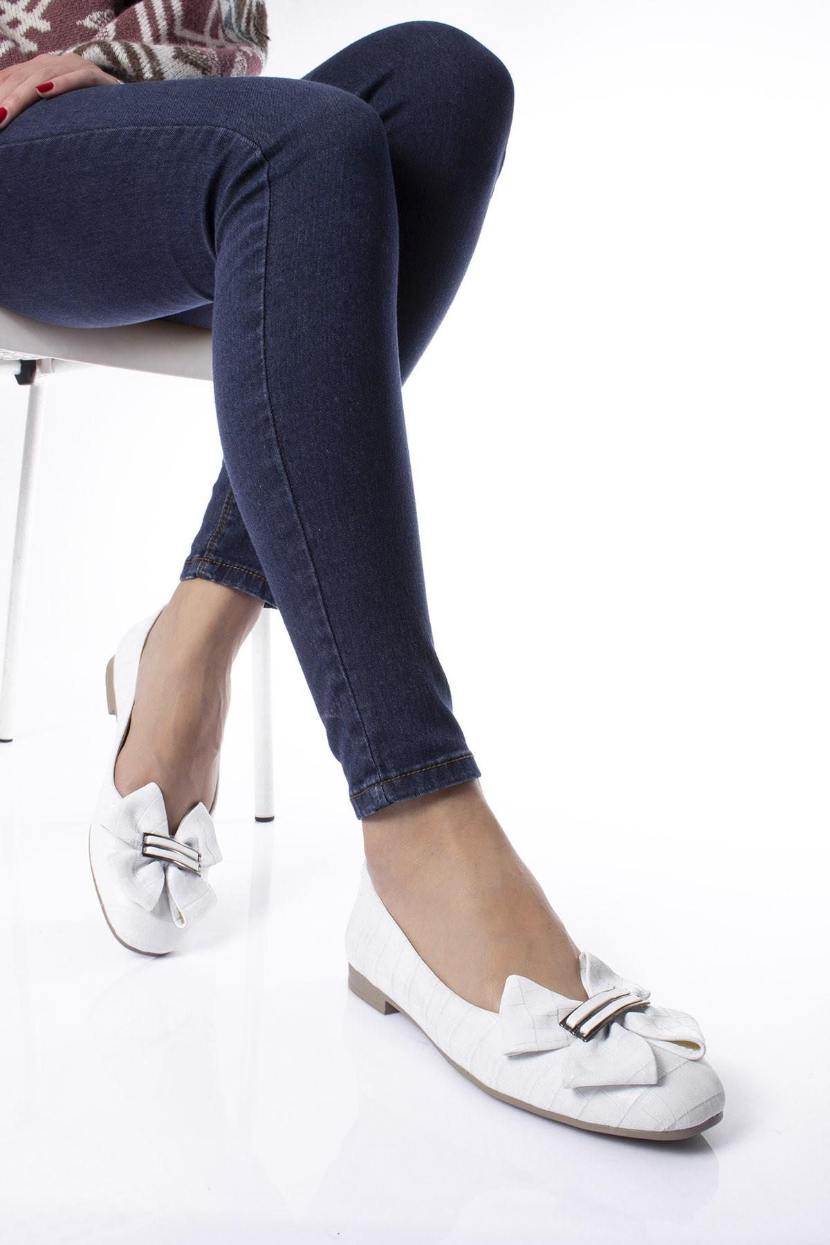 حذاء فلات مزخرف بجلد تمساح أبيض نسائي