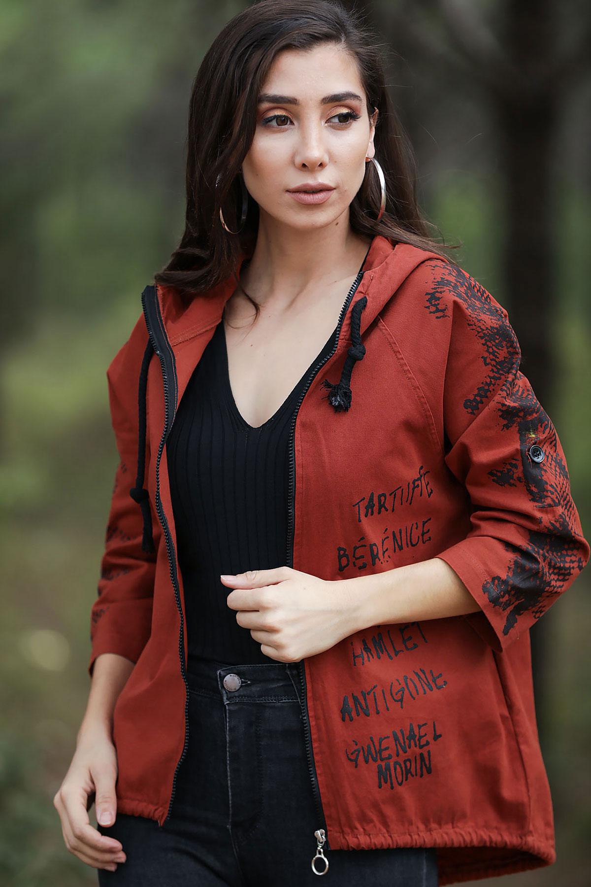 جاكيت أحمر طوبي بطبعة شعار نسائي