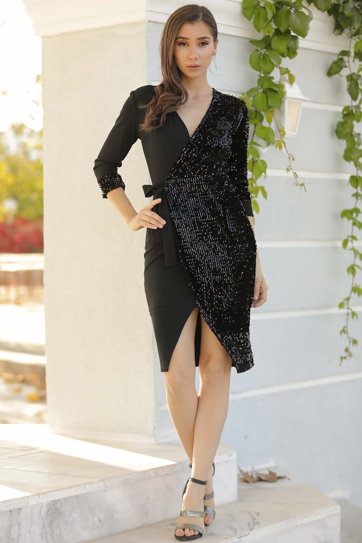 فستان أسود قصير بترتر و ياقة لف نسائي
