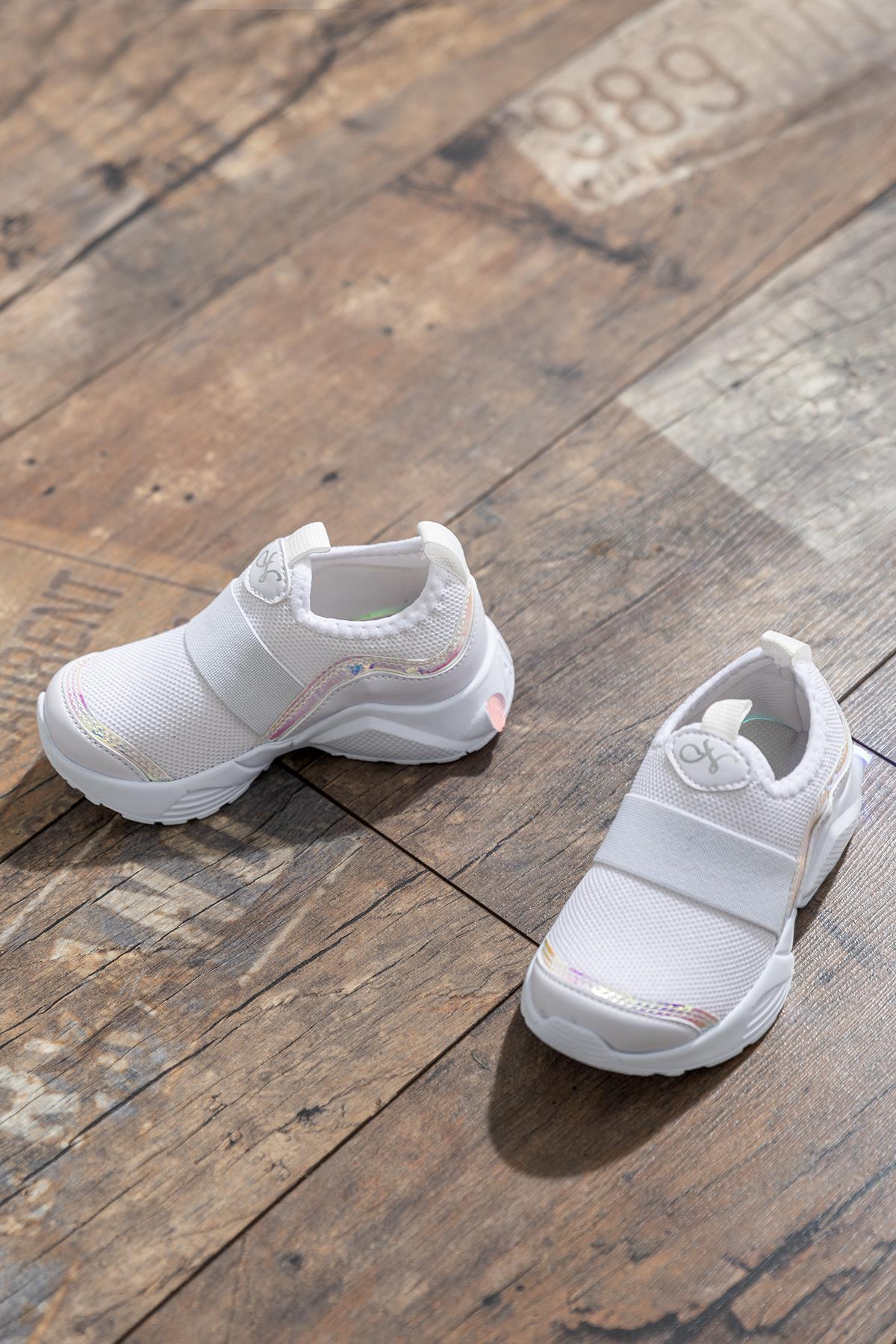 حذاء رياضي أبيض بناتي