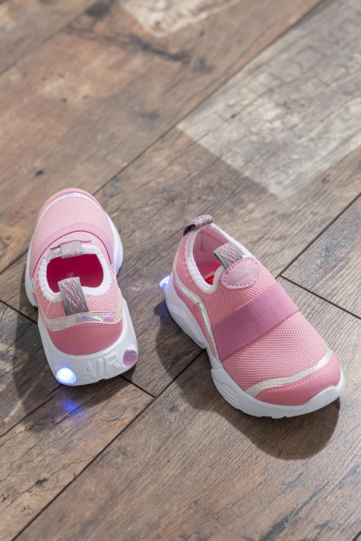 حذاء رياضي وردي بناتي