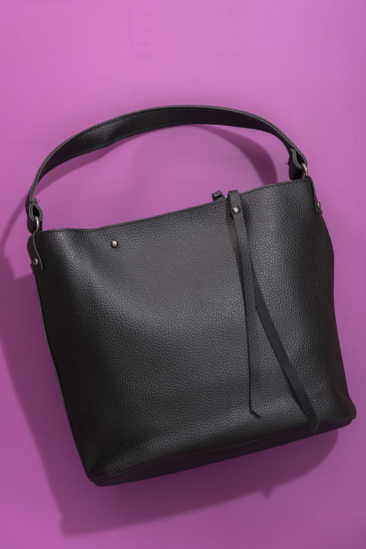 حقيبة كتف سوداء مفصلة بشراشيب نسائية