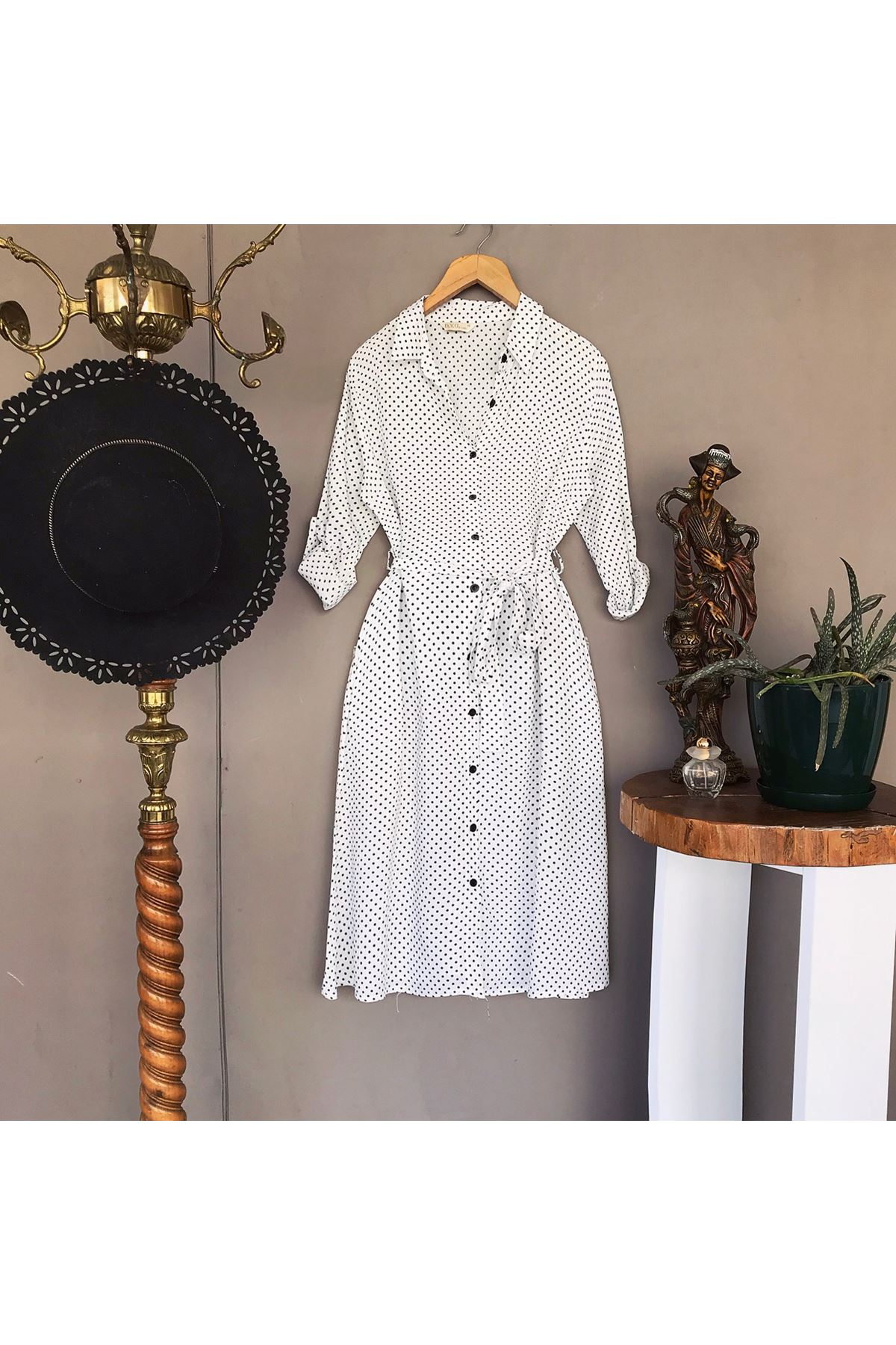 فستان أبيض منقط بأكمام طويلة نسائي