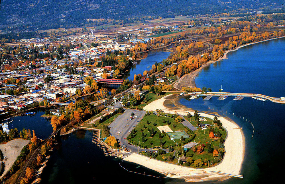 Sandpoint-is-sandwiched-between-the-Selkirks-and-the-lake