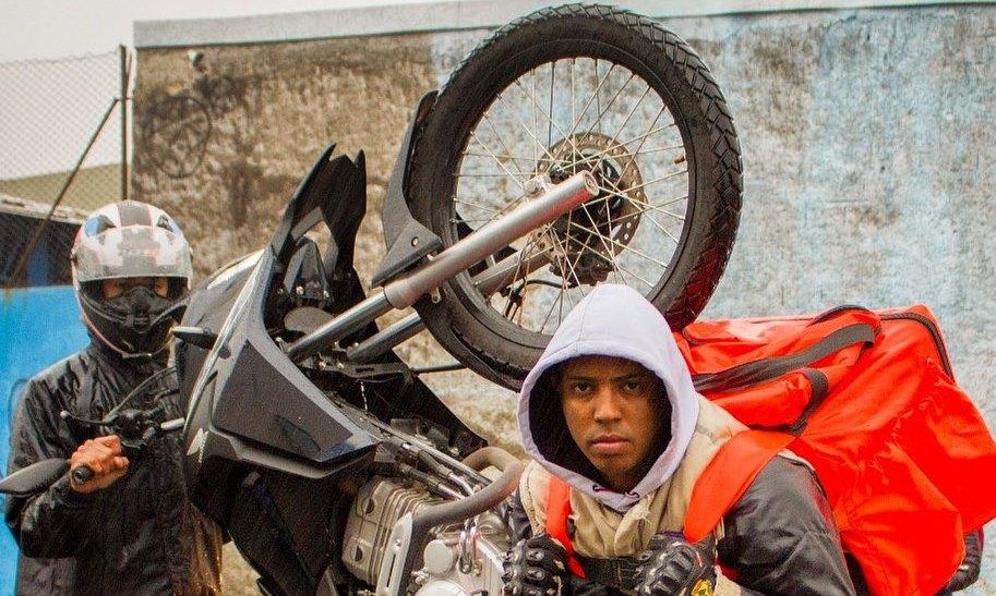 MC DR faz som em homenagem aos motoboys de quebrada com direito a videoclipe no canal KondZilla