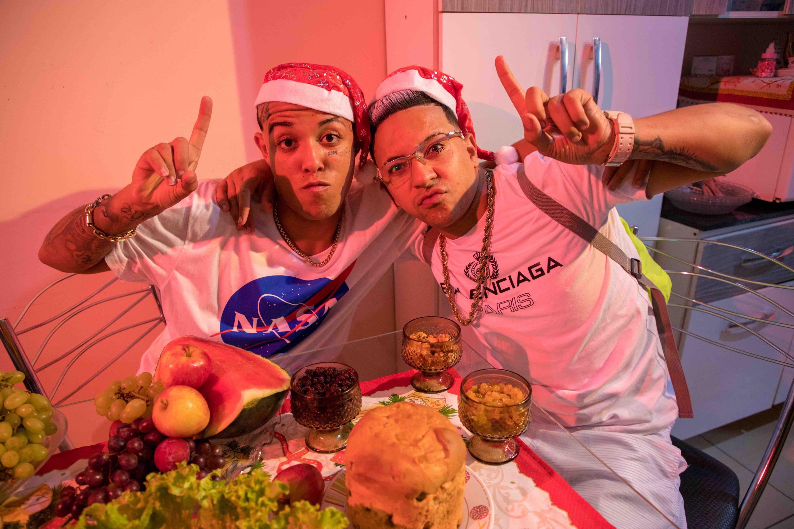 MC Alê e MC Digo STC retratam o final de ano na quebrada em novo videoclipe