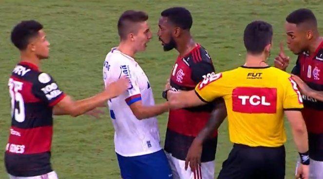 Jogador Gerson, do Flamengo, protesta contra racismo em partida contra o Bahia