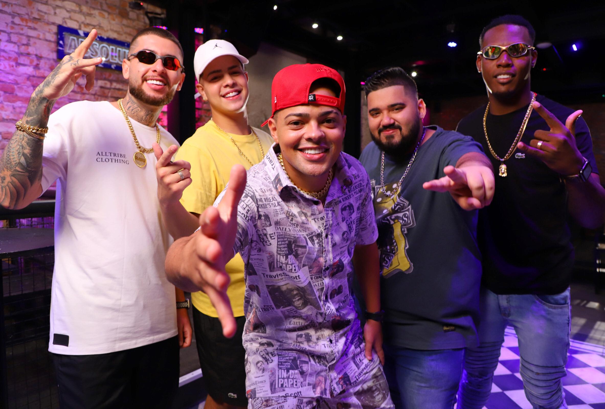 """Os MCs Kekel, Jottapê, M10 e Hollywood gravam videoclipe da nova faixa """"Arrasta para cima"""", produzida pelo DJ RD"""