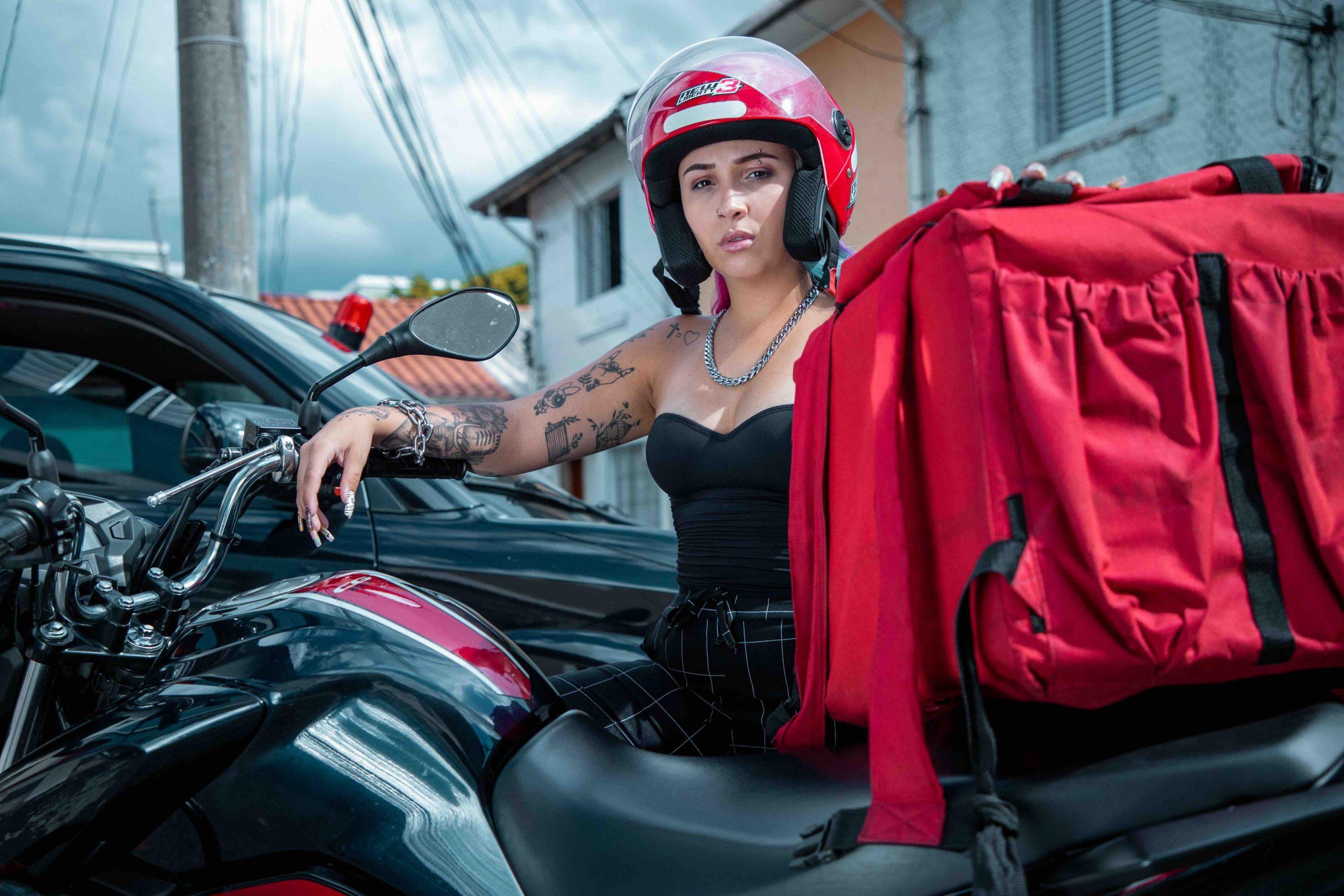 """MC Lynne lança """"Titan"""", som sobre o corre dos motoboys e motogirls"""