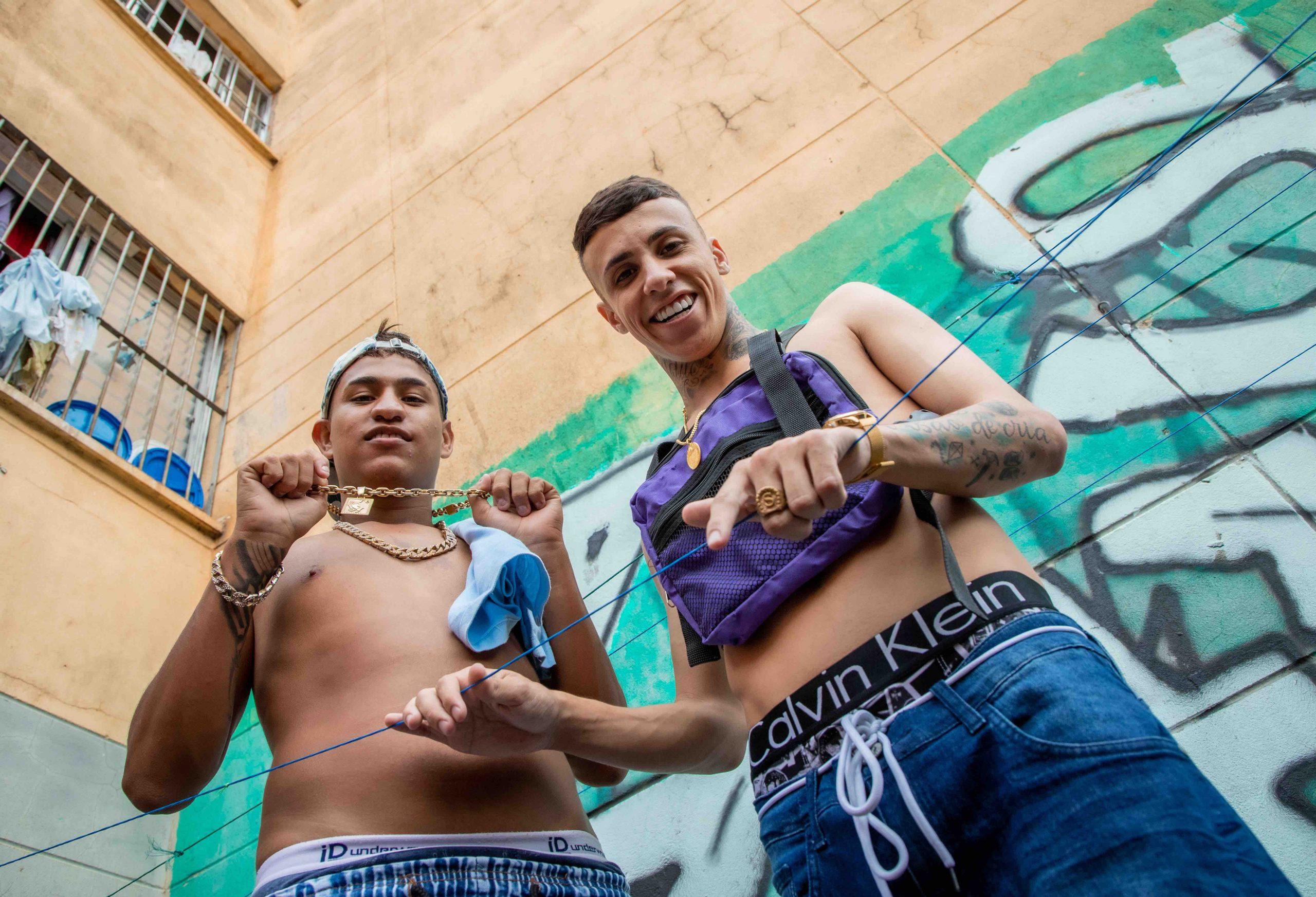 """Em """"Mandraka"""", MC Nathan ZK e MC Rhamon retratam mudanças sociais após ascensão dos maloqueiros"""