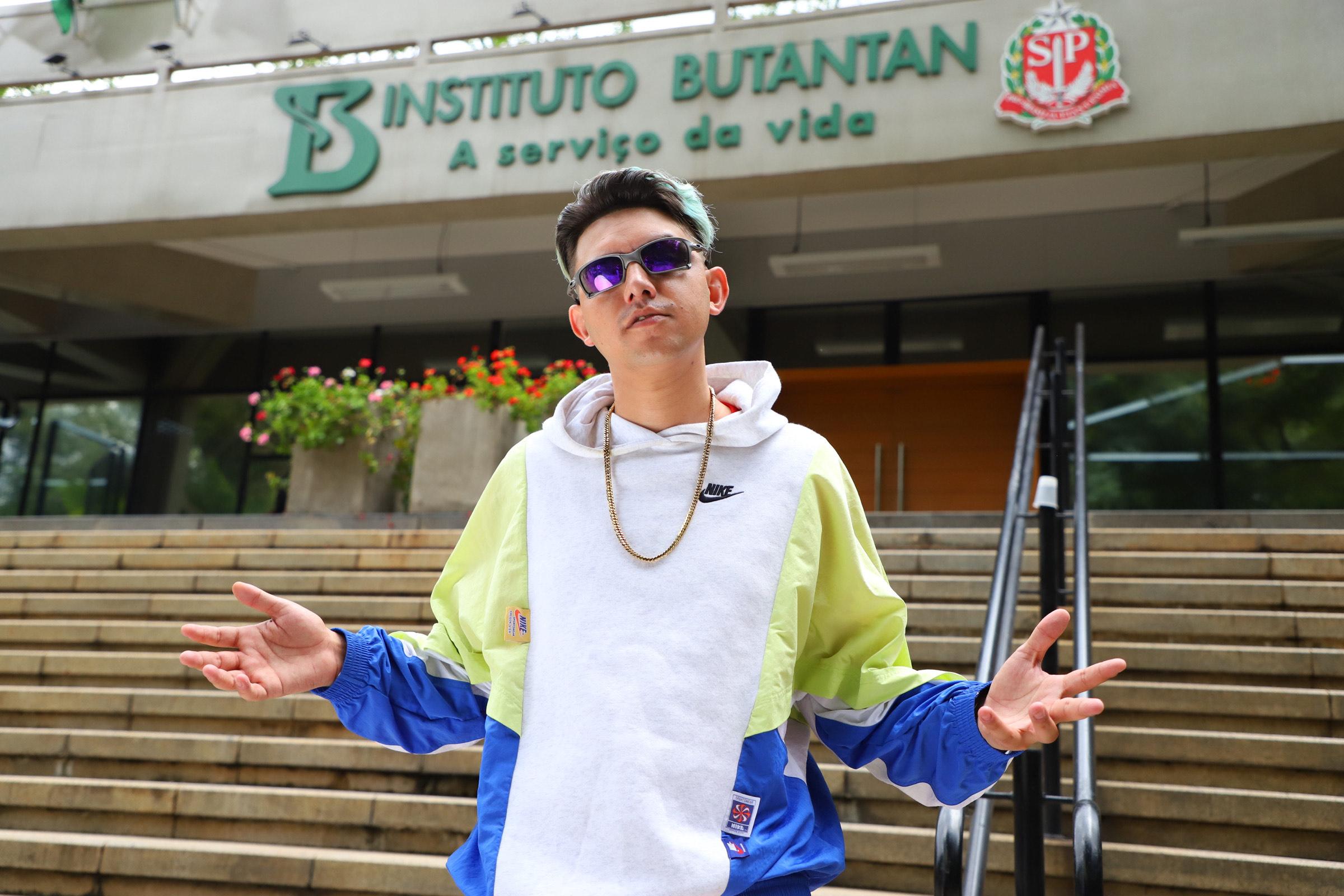 "MC Fioti grava videoclipe de ""BubuTanTan"" no Instituto Butantan e pede para a quebrada se vacinar"