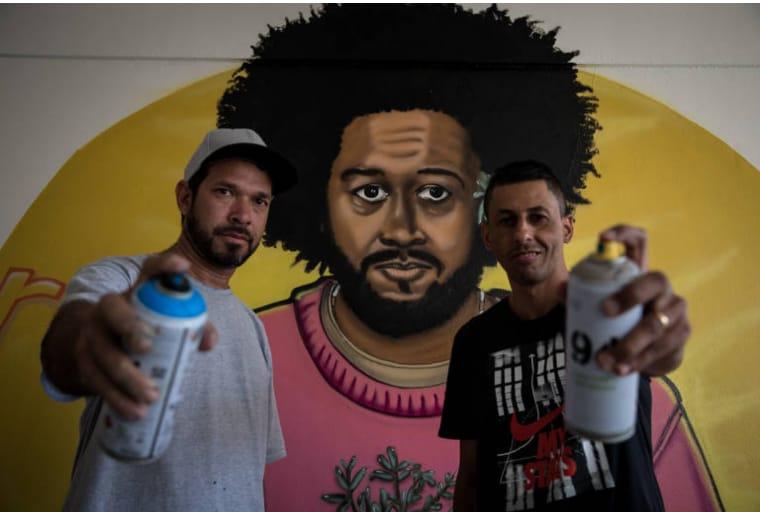 Projeto Grafite nas Escolas estampa figuras como Emicida, Nelson Mandela, Carolina de Jesus e Basquiat em salas de aula
