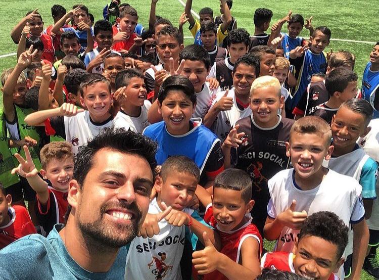 Da várzea pro mundo: conheça a história do Guilherme Ferreira, que criou um Instituto que reúne educação e esporte para ajudar crianças de baixa renda