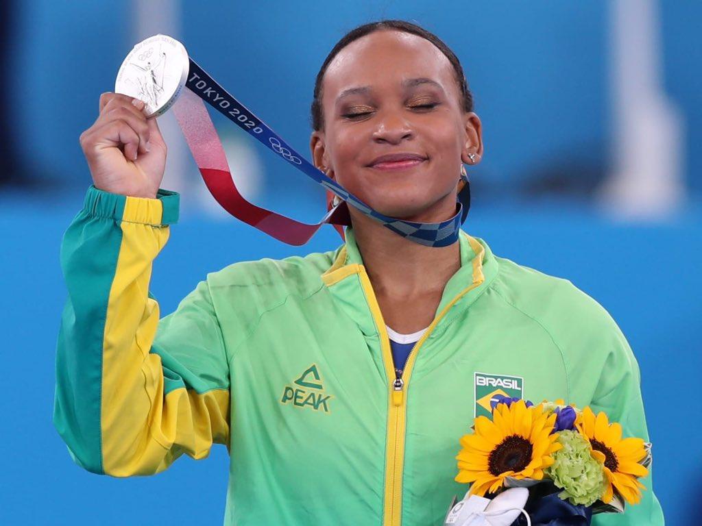 Rebeca Andrade faz história e conquista medalha de prata na Ginástica Artística