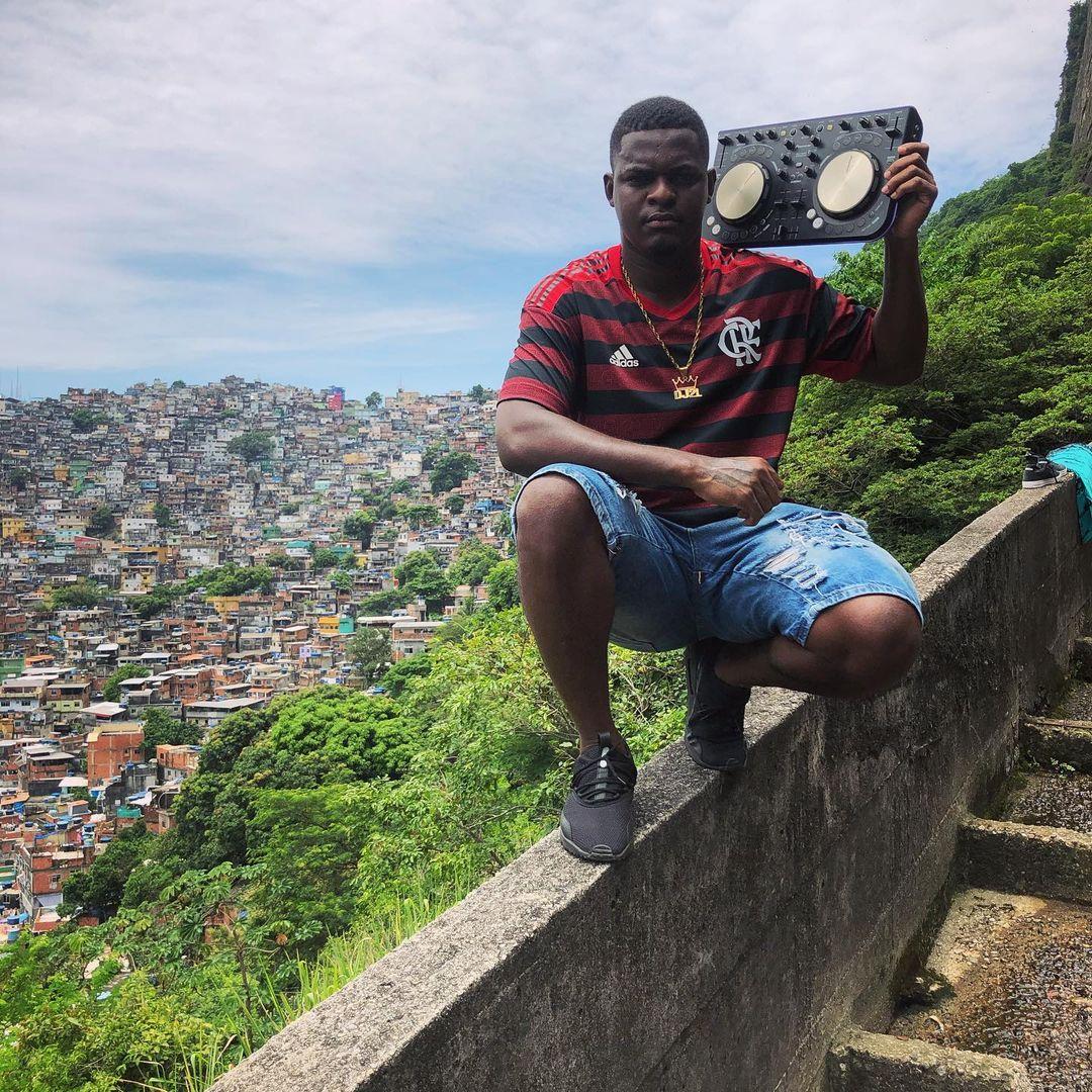 """Produtor de """"Camisa do Flamengo"""" DJ 2L da Rocinha é um mano sonhador: """"quero ver todos cantando uma produção minha"""""""