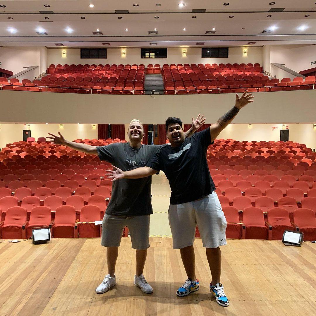 Michel e Chapola estreiam no teatro com show voltado ao funk