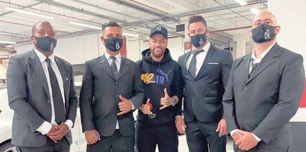 Sósia do Neymar trolla público em shopping de São Paulo