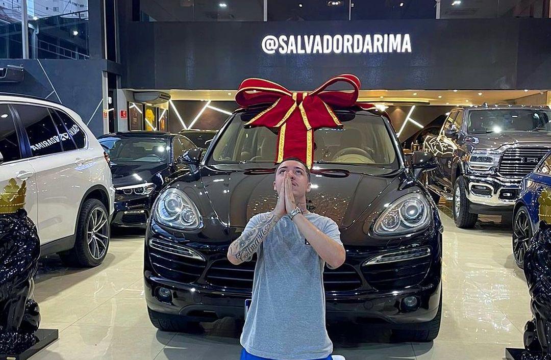 Salvador da Rima comemora compra de Porsche Cayenne