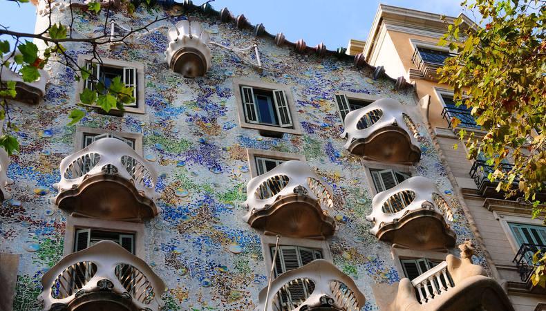 バルセロナの世界遺産『カサ・バトリョ』は朝の光を浴びながら