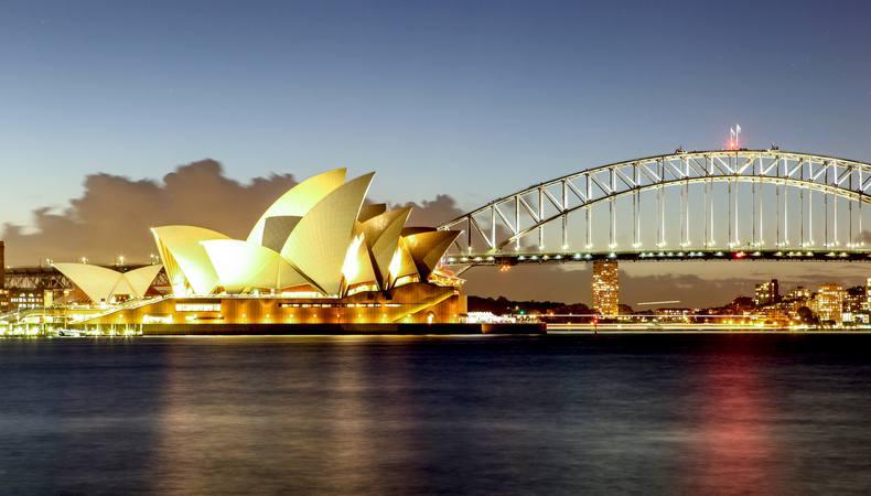 夜景を臨むディナークルーズでシドニーの夜を満喫