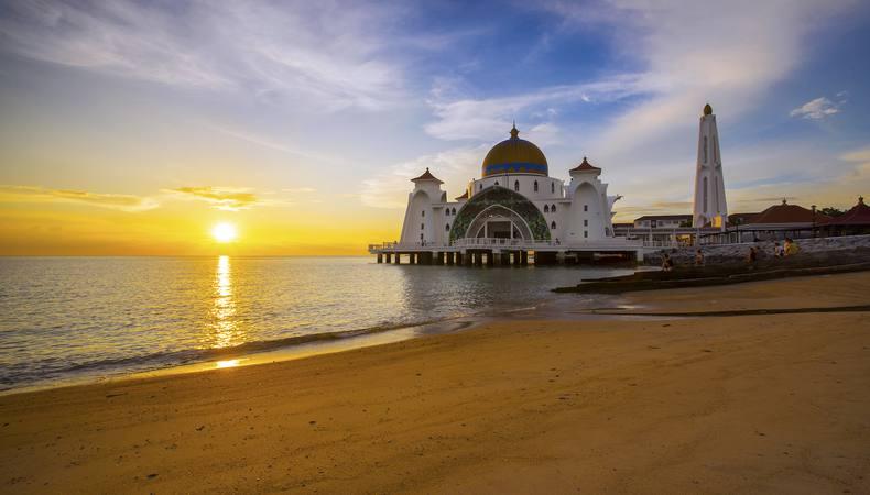 幻想的な夕日!マラッカ海峡でモスクとともに