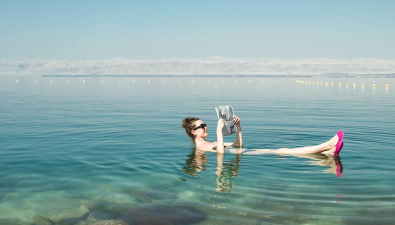 死海でぷかぷか浮いている写真を撮ってもらおう