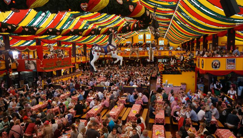ドイツでビールを飲みながら、楽しいお祭りに参加したい